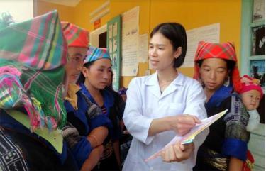 Cán bộ y tế tuyên truyền các biện pháp tránh thai cho người dân vùng cao.