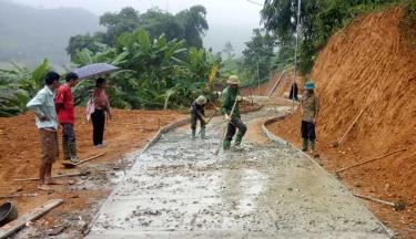 Nhân dân thôn Minh Đồng, xã Đồng Khê, huyện Văn Chấn bê tông hóa đường thôn.