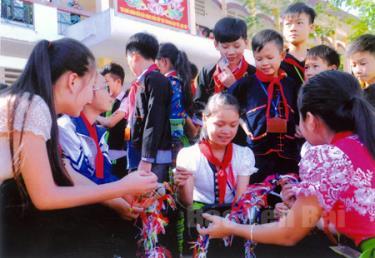 Học sinh Trường PTDT nội trú huyện Văn Chấn tập làm quả còn của dân tộc Thái. Ảnh Thanh Chi