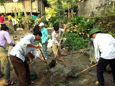 Lãnh đạo thị xã Nghĩa Lộ và cán bộ xã Nghĩa An đóng góp ngày công xây dựng nhà ở cho hộ gia đình đặc biệt khó khăn.
