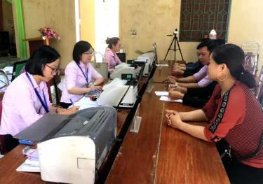 Một buổi giao dịch của Phòng Giao dịch Ngân hàng Chính sách xã hội huyện Văn Chấn tại cơ sở.