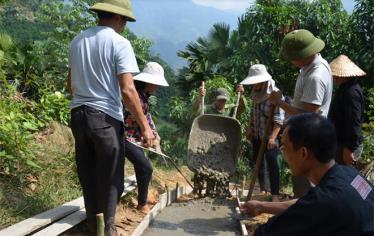 Người dân Văn Chấn tích cực tham gia làm đường giao thông nông thôn.