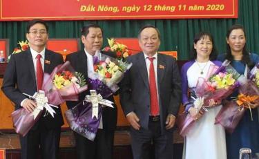 Ông Nguyễn Đình Trung (ngoài cùng bên trái) nhận hoa chúc mừng.