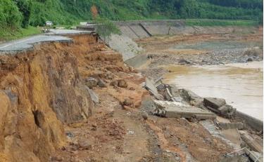 Hệ thống giao thông của tỉnh Quảng Nam bị mưa lũ tàn phá nặng nề. Trong ảnh: Đường Hồ Chí Minh đoạn nối huyện Nam Giang và Phước Sơn bị đứt