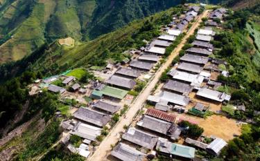 Điểm du lịch cộng đồng chòm Cu Vai, thuộc thôn Háng Xê, xã Xà Hồ nằm trên đỉnh núi có độ cao 1.229m so với mặt nước biển, có 46 hộ dân sinh sống và 100% các hộ đều là đồng bào Mông.