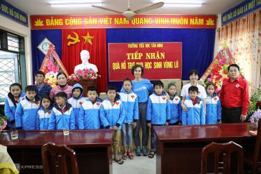 UNICEF tặng quà tại trường Tiểu học Tân Ninh.