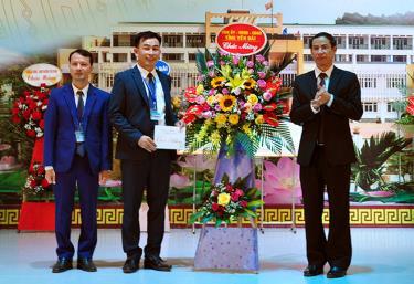 Đồng chí Lương Văn Thức -Trưởng Ban Nội chính Tỉnh ủy tặng hoa chúc mừng thầy cô giáo Trường THPT Chuyên Nguyễn Tất Thành nhân Ngày Nhà giáo Việt Nam.