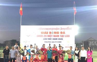 Đại diện Đại sứ quán Việt Nam tại Lào cùng các đại biểu tặng hoa và cờ lưu niệm cho tổ trọng tài và 7 đội tham dự giải.