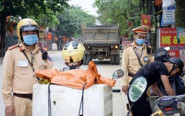 Lực lượng Cảnh sát giao thông thực hiện nhiệm vụ bảo đảm an toàn giao thông trên địa bàn.