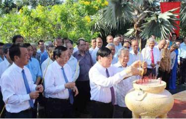 Các đại biểu dâng hương tại Bia lưu niệm Nam Kỳ khởi nghĩa tại huyện Vũng Liêm, tỉnh Vĩnh Long.