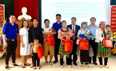 Bệnh viện Đa khoa khu vực Nghĩa Lộ tặng quà hỗ trợ bệnh nhân nghèo điều trị nội trú tại Bệnh viện.