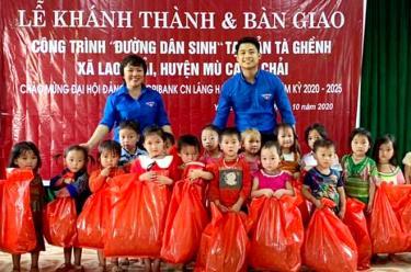 Đội ngũ trí thức trẻ tỉnh tích cực tham gia các hoạt động thiện nguyện, tặng quà trẻ em có hoàn cảnh khó khăn vùng đồng bào dân tộc thiểu số.