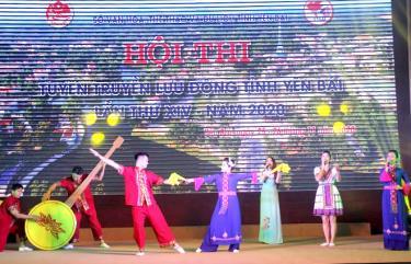 Màn trình diễn của đội tuyên truyền lưu động huyện Lục Yên phần thi văn nghệ cổ động.