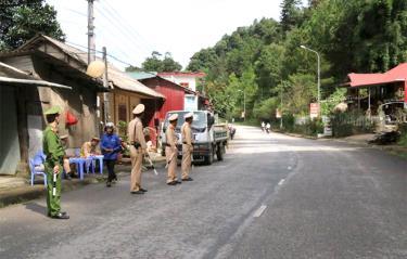 Lực lượng cảnh sát giao thông Công an huyện Mù Cang Chải tăng cường tuần tra, kiểm soát trên các tuyến đường.
