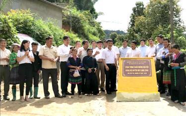 Lãnh đạo huyện Mù Cang Chải cùng nhân dân khánh thành công trình đường từ trụ sở UBND xã Hồ Bốn đi bản Háng Đề Chù dài 5,8 km.