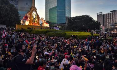 Người Thái Lan biểu tình bên ngoài trụ sở Ngân hàng Thương mại Siam ở Bangkok hôm 25/11.