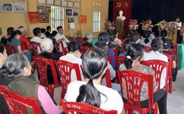 Cán bộ, đảng viên thôn 3, xã Nghĩa Lộ sinh hoạt chi bộ với nội dung chuyên đề đóng góp ý kiến vào dự thảo các văn kiện Đại hội XIII của Đảng.