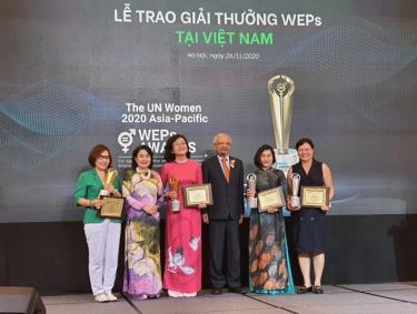 Đại diện các doanh nghiệp nhận giải thưởng từ Ban tổ chức