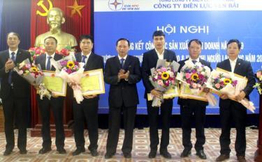 Công ty Điện lực Yên Bái khen thưởng các tập thể có thành tích trong phong trào thi đua sản xuất, kinh doanh.