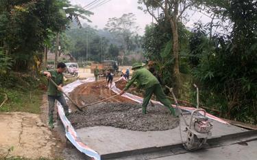 Nhân dân thôn 1, xã Hưng Khánh tham gia làm đường giao thông nông thôn thôn 1 Khe Ngang