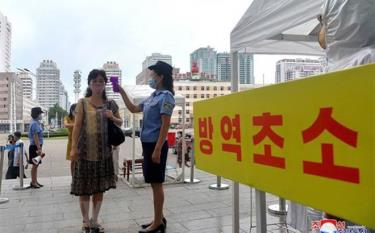Kiểm tra thân nhiệt hành khách tại một nhà ga ở Bình Nhưỡng, Triều Tiên trong nỗ lực chống dịch COVID-19.