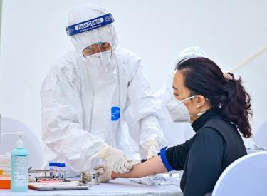Nhân viên y tế lấy mẫu xét nghiệm SARS-CoV-2. Ảnh minh họa