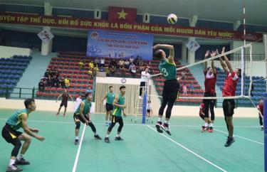 Trận đấu mở màn hấp dẫn giữa đội bóng chuyền Công an tỉnh và huyện Trấn Yên.