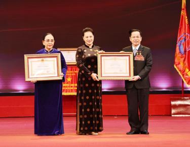 Chủ tịch Quốc hội Nguyễn Thị Kim Ngân trao danh hiệu Anh hùng Lao động cho ông Lê Văn Kiểm và bà Trần Thị Cẩm Nhung.