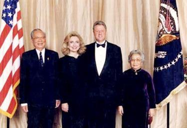 Tổng thống Mỹ Bill Clinton và phu nhân đón tiếp Chủ tịch nước Việt Nam Lê Đức Anh và phu nhân tại Mỹ năm 1995. Ảnh tư liệu