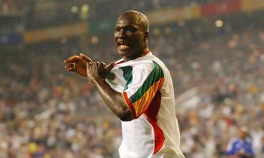 Papa Bouba Diop ăn mừng bàn thắng để đời vào lưới ĐT Pháp.