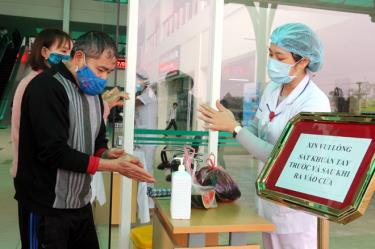 Người dân thực hiện các biện pháp phòng, chống dịch Covid-19 tại Bệnh viện Đa khoa tỉnh.