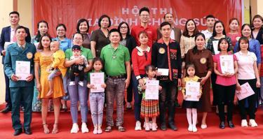 Ban Tổ chức Hội thi trao giải cho các gia đình đạt giải tại xã Minh An, huyện Văn Chấn.