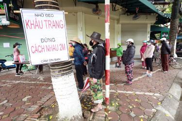Bảng truyền thông để người dân chú ý đeo khẩu trang phòng dịch tại một khu dân cư ở Hà Nội