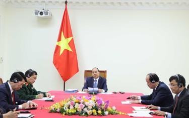 Prime Minister Nguyen Xuan Phuc (centre) at the online talks with his Cambodian counterpart Samdech Techo Hun Sen on November 24.
