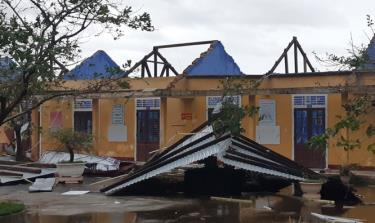 Bão số 13 làm tốc mái 1.248 công trình trường học, nhà ở tại tỉnh Thừa Thiên - Huế.