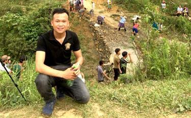 Vi Văn Tú bên công trình làm cầu qua khe tại thôn Làng Tống, xã Túc Đán, huyện Trạm Tấu.