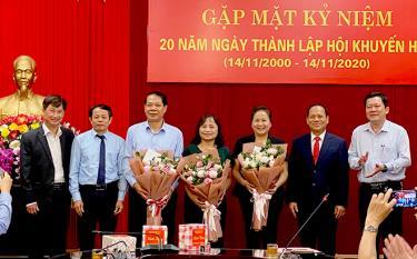 Lãnh đạo Hội, Sở GD-ĐT tặng hoa các đồng chí thôi tham gia công tác Hội