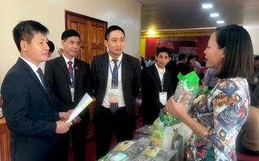 Các đại biểu tham quan gian hàng trưng bày sản phẩm tại Hội nghị.
