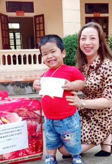 Chị Trần Thị Hồng tặng quà cho nạn nhân chất độc da cam.