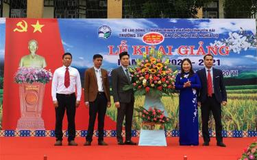 Vice Chairwoman of Yen Bai provincial People's Committee Vu Thi Hien Hanh presents flowers to the school on the occasion of 38th Vietnamese Teachers' Day.