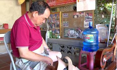 Ông Vi Quốc Đạt - nguyên Trưởng Công an huyện Lục Yên, là người bị thương nặng nhất trong vụ tai nạn, bị mất chân trái, tỷ lệ thương tật lên tới 68%.