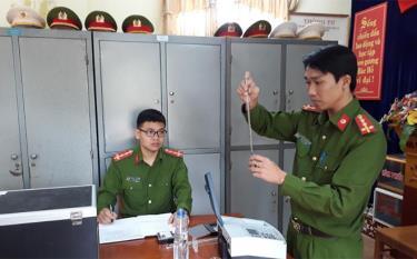 Cán bộ Phòng Cảnh sát môi trường, Công an tỉnh thực hiện các biện pháp nghiệp vụ nhằm phát hiện và xử lý các hành vi vi phạm pháp luật về môi trường.
