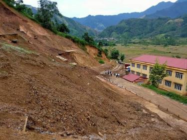 Mùa mưa bão mỗi năm sạt lở hàng trăm mét khối đất đá xuống khu vực ngôi trường.