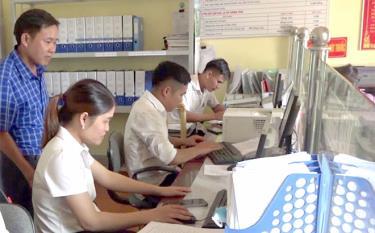 Cán bộ công chức xã Suối Quyền giải quyết thủ tục hành chính cho công dân tại Bộ phận Phục vụ hành chính công.
