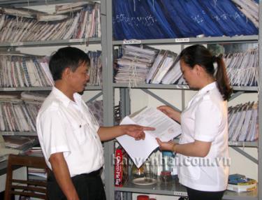 Cán bộ Thanh tra tỉnh kiểm tra hồ sơ tham mưu với UBND tỉnh ra quyết định giải quyết.