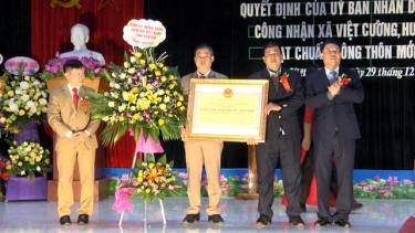 Đồng chí Nguyễn Văn Khánh - Phó Chủ tịch UBND tỉnh trao Quyết định của UBND tỉnh công nhận xã Việt Cường đạt chuẩn nông thôn mới năm 2018.