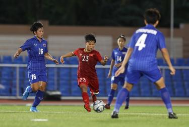Các cầu thủ nữ Thái Lan đang bao vây một cầu thủ Việt Nam.