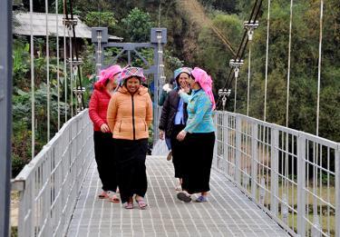 Nhiều cây cầu mới được đầu tư ở Nghĩa Lộ giúp nhân dân đi lại thuận tiện.