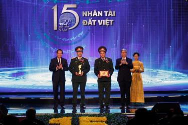 Tiến sĩ Trần Hữu Lý, Thạc sĩ Bùi Đức Nho đại diện cho nhóm tác giả nhận Giải nhất Nhân tài Đất Việt năm 2019 lĩnh vực khoa học công nghệ.