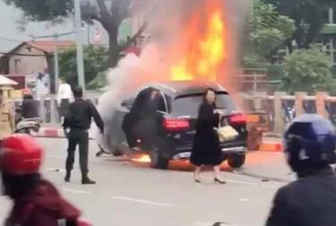 Bà Vũ Thị Hồng Thái đi giày cao gót rời khỏi chiếc xe Mercedes GLC 250 ngay sau khi tai nạn xảy ra